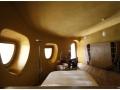 Schlafzimmer mit Naturfarben. Landvilla nahe Girona, Spanien.