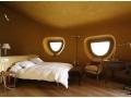 Schlafzimmer mit lokalem Lehm verputzt und Lehmfarbe
