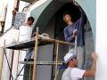 An EMBARRO team applying  Marrakech Tadelakt