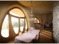 Salón comedor con revestimientos a base de arcilla local, realizado por EMBARRO en colaboración con Xavi Puig